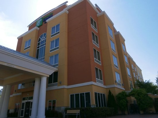 Holiday Inn Express & Suites Chattanooga Downtown: Front of Hotel