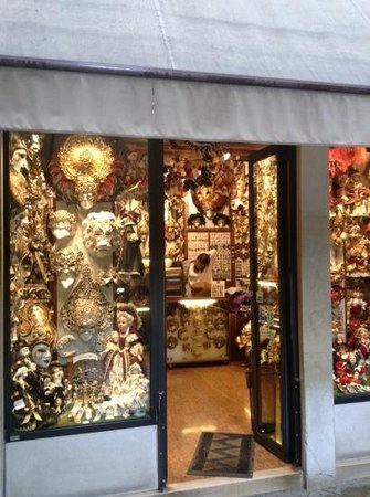 Best Western Premier Hotel Sant'Elena : the masks are selling at the shop in Venice
