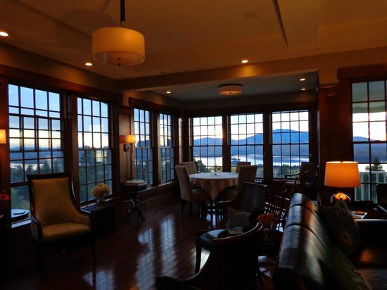Blair Hill Inn : Swanky lounge with 15 lake-filled windows