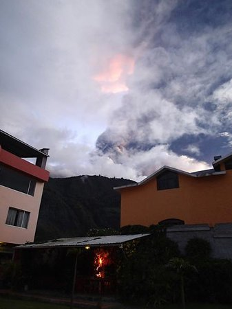 Napolitano Apart & Hotel: View of Tungurahua from the garden