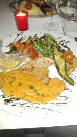 SAVANA BEACH : Steak de thon grillé sauce crustacé.