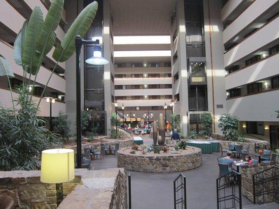 Embassy Suites by Hilton Oklahoma City Will Rogers Airport: Amplo e decoração de bom gosto !!