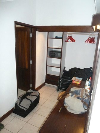 Amani Tiwi Beach Resort : Separate walk in closet, dressing area