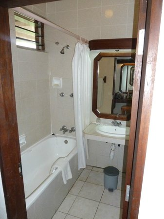 Amani Tiwi Beach Resort : Bathroom, has a tub