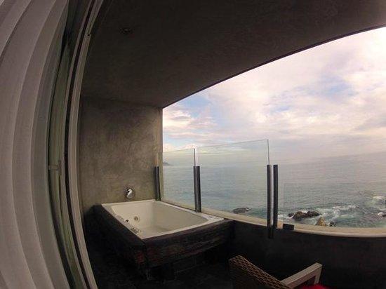 Radisson Acqua Hotel & Spa Concon: our royal suite wit nice Jacuzzi