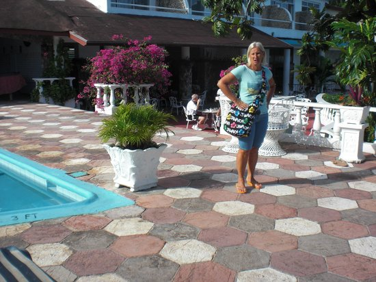 Silver Seas Resort Hotel: giardino piscina