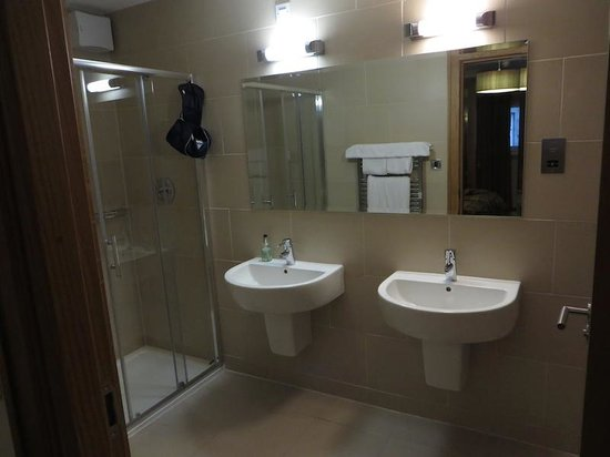 Craigmhor Lodge & Courtyard: Very modern and spacious bathrooms...