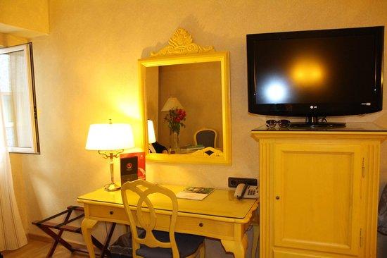 Salles Hotel Pere IV: письменный стол