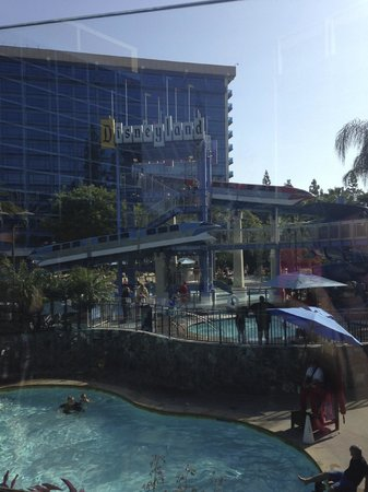 Disneyland Hotel : Fantastic pool area with monorail inspired water slide