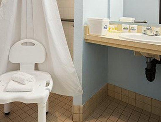 Days Inn Coeur d'Alene: ADA Bathroom