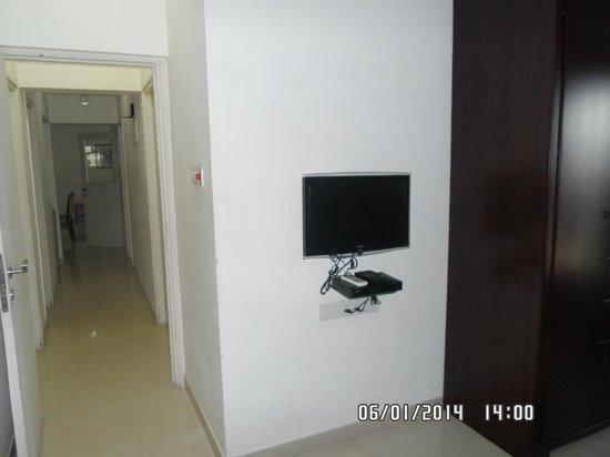 Lalco Residency: коридор из спальни в гостиную.справа кухня.слева 2 ванных комнаты