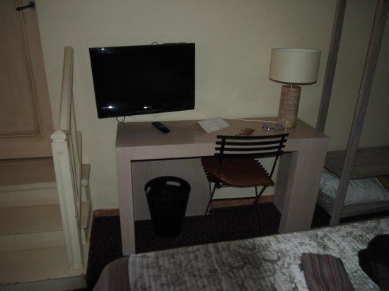 Hotel De L'Amphitheatre: Habitación, escritorio y acceso baño