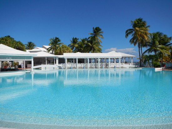 La Cocoteraie: le ponton de la piscine
