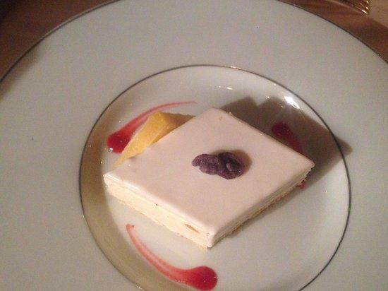 La Mirande : almond glace with orange glaze and fruits rouge