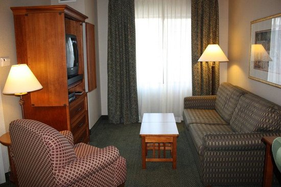 Staybridge Suites Grand Rapids/Kentwood: Living Room with Sleeper Sofa