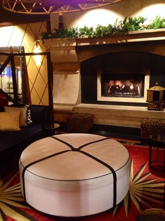 Kimpton Marlowe Hotel: fireplace lounge in the entry way