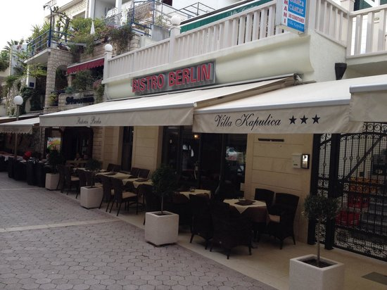 Bistro Berlin: Right on promenade near the beach