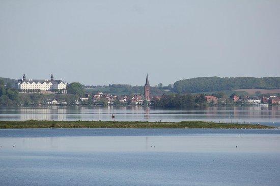 Strauers Hotel am See: Blick aus dem Zimmer aufs Plöner Schloss (mit Zoom)