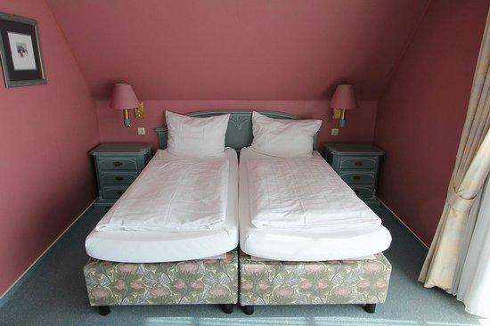 Strauers Hotel am See: Bett im Zimmer 201