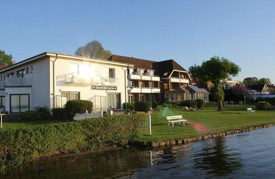 Strauers Hotel am See: Blick von der Hotelterasse auf den Plöner See