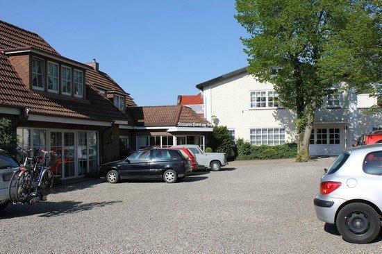 Strauers Hotel am See: Parkplatz und Eingang des Hotels