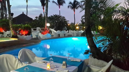 Hotel le Wafou: Piscine by night