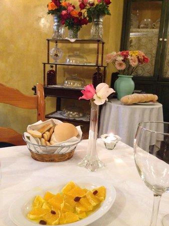 Tabula Calda Casa de Comidas: Decoración acogedora y como entrada, una deliciosa ensalada con productos de su huerta.