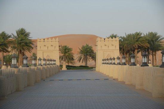 Qasr Al Sarab Desert Resort by Anantara: Eingang zum Hotel