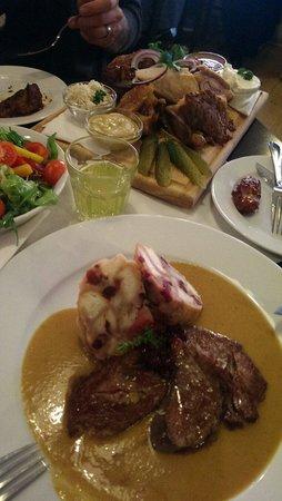 U Kroka : Medaillons mit Knödel, Salat und ukroka plate