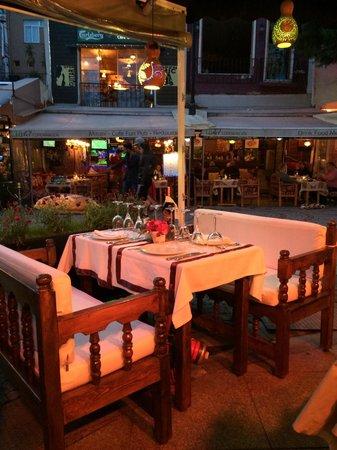 Babylonia Garden Terrace : Столик с диваном