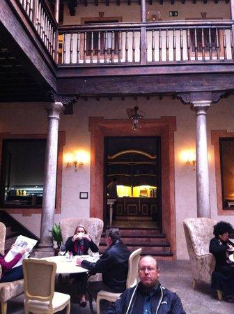 Hotel Casa 1800 Granada : Open air courtyard in the center of the hotel