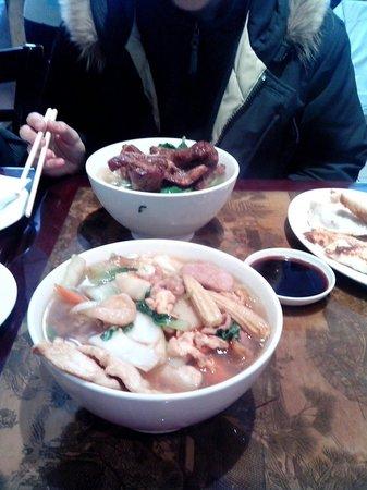 Deluxe Green Bo Restaurant: Il pranzo :1 noodle a testa e un piatto di dim sum diviso a metà