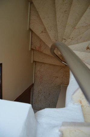 The Sunrise Hotel : les escaliers pour monter avec les valises