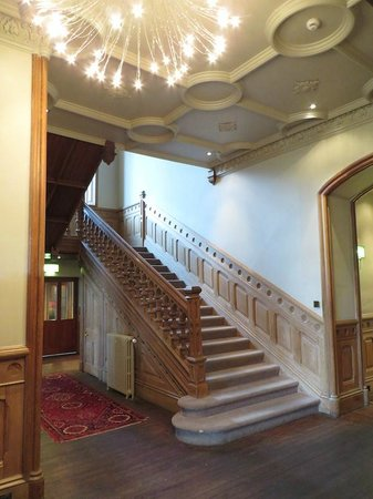 Newton Hotel: Main staircase in the hall, oposite of the well equipped bar