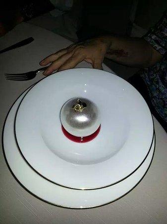 Armani/Ristorante : il dolce :una sfera di zucchero soffiato.