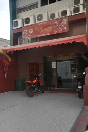 V'La Garden Hotel: вход отель