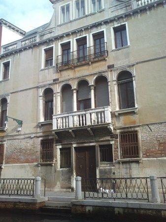 L'Imbarcadero: La facciata del palazzo