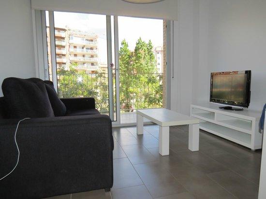 08028 apartments : Ruime kamer met tv.