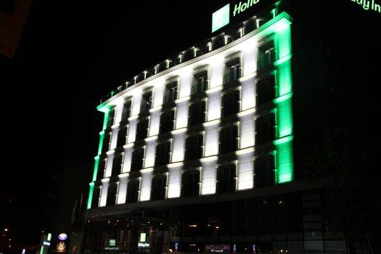 Holiday Inn Ankara-Kavaklidere : Facciata dell'hotel si sera