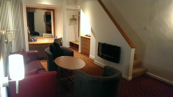 Wellington Park Hotel: Suite: coal-effect fire and and upstairs to bed!