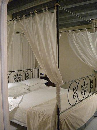 Algila Ortigia Charme Hotel : Our bedroom, lovely!