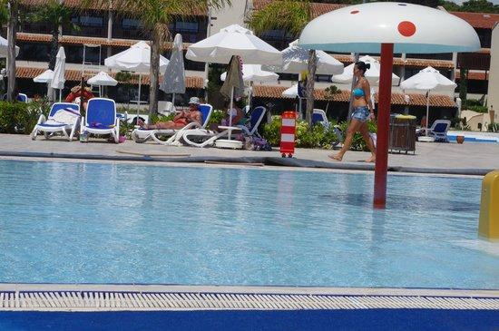 SENTIDO Zeynep Resort : Zeynep baby pool, son fell over as well as other guests