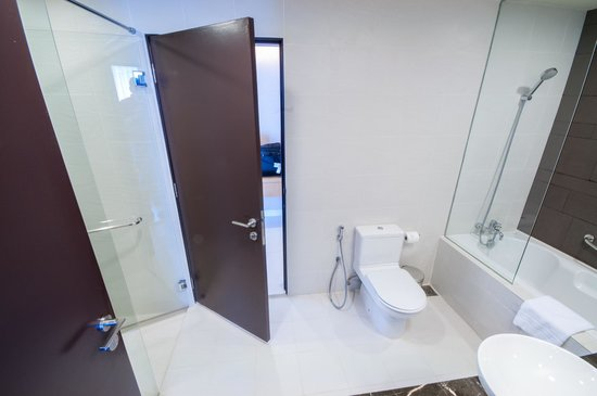 PARKROYAL Serviced Suites Kuala Lumpur: Larger Room-bathroom