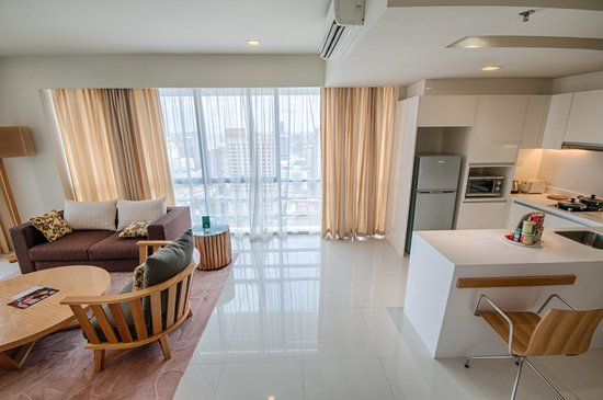 PARKROYAL Serviced Suites Kuala Lumpur : Larger Room-kitchen+living room view 2