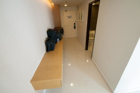 PARKROYAL Serviced Suites Kuala Lumpur : Larger Room-hall view 2