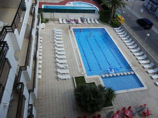 Apartaments CYE Salou: Vista a la piscina