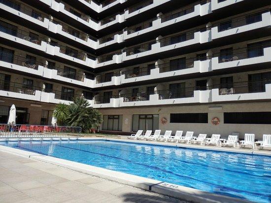 Apartaments CYE Salou: Vistas desde la piscina