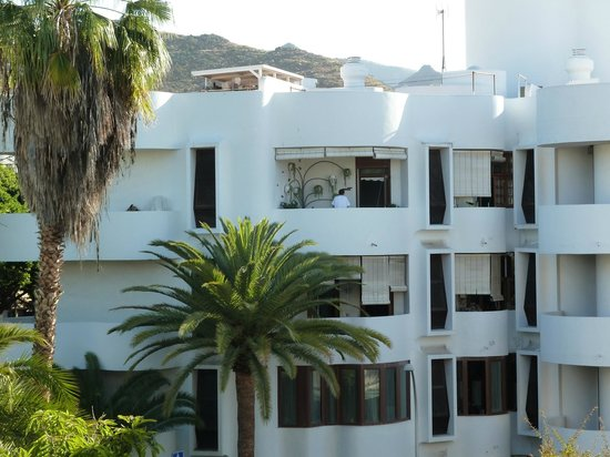 Hotel Colon Rambla: Apartments across the road