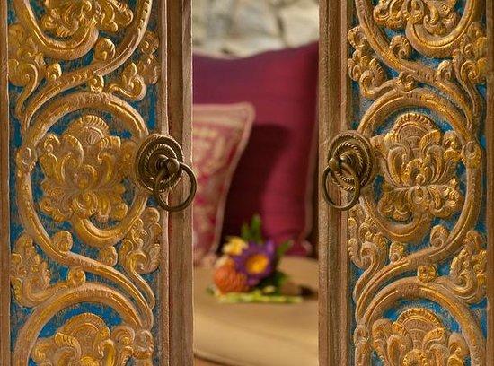 Fivelements Bali Retreat : Balinese door at Bidadari sleeping suite