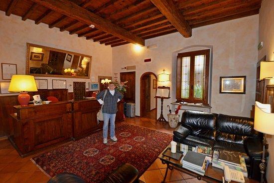 Hotel Mario's: Warm reception area